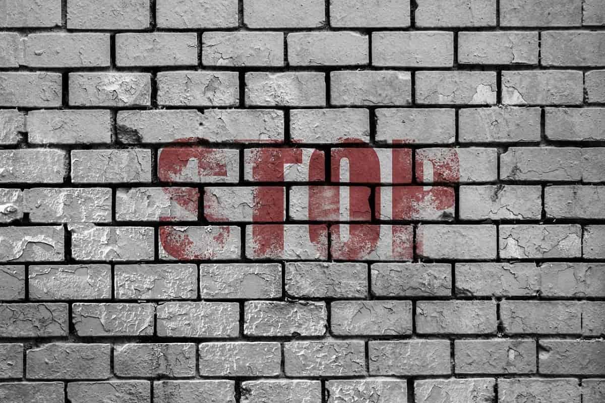 Mauer und Stopp. (Illustration: José Manuel de Laá, Pixabay.com, Creative Commons CC0)