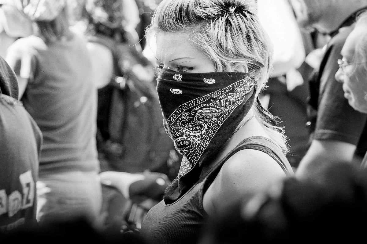 Gut und Böse? Frau mit Tuch vor dem Gesicht in Toronto, Canada. (Foto: Doug Swinson, Unsplash.com)