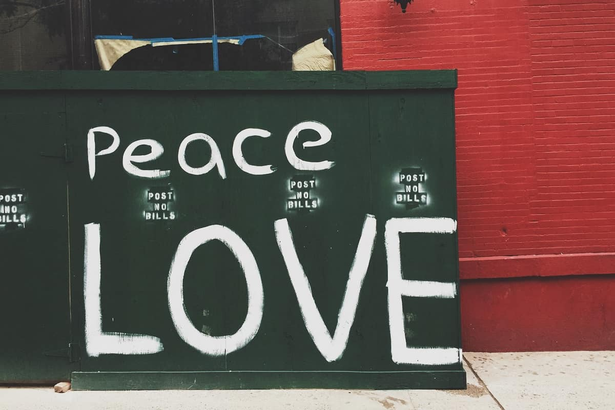Peace and love. (Foto: Jon Tyson, Unsplash.com)