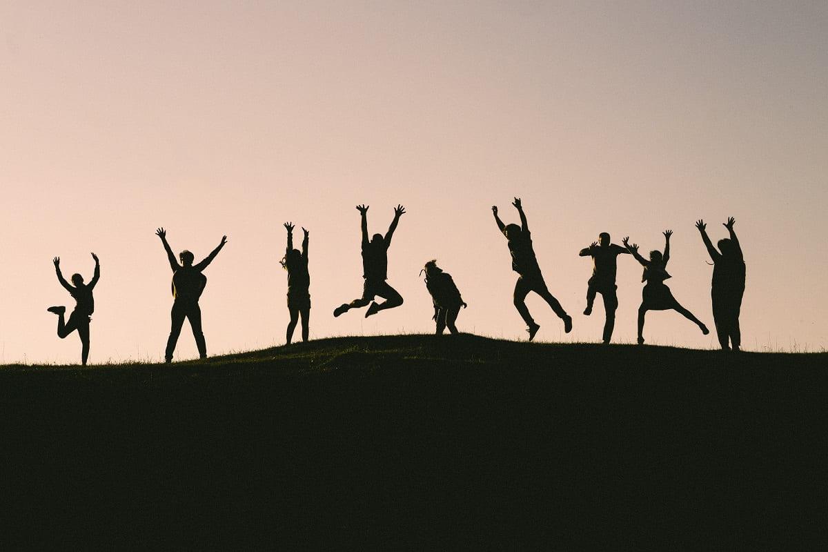 Glückliche Menschen springen in die Luft. (Foto: Val Vesa, Unsplash.com)