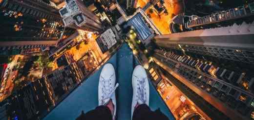 Regieren ohne Regierung ist wie das Balancieren auf dem Dach eines Hochhauses in Hong Kong. (Foto: Simon Zhu, Unsplash.com)
