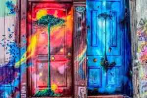 Auf diesen Türen ist Platz für künstlerische Utopie. (Foto: Luis Alfonso Orellana, Unsplash.com)