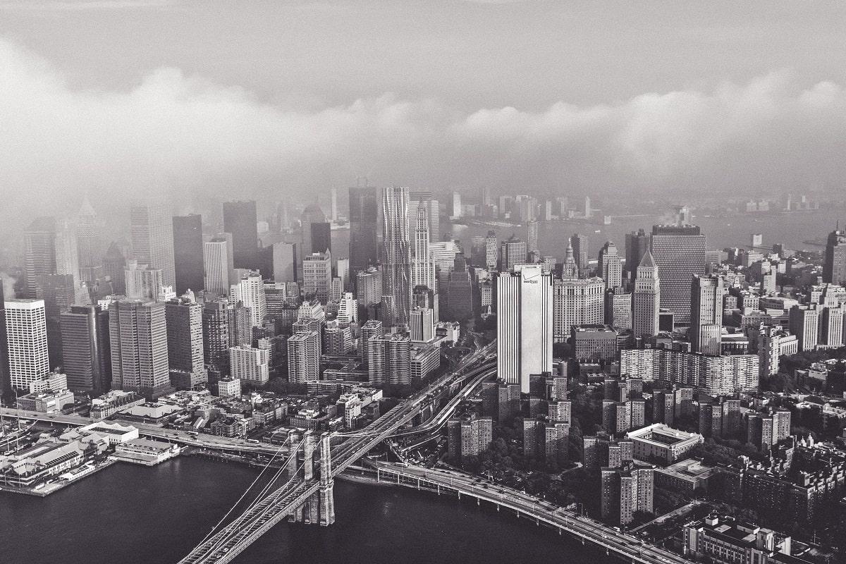 Hillary Clinton ist in den USA eine wichtige Persönlichkeit. Blick auf die Brooklyn Bridge und New York. (Foto: Jesse Orrico, Unsplash.com)