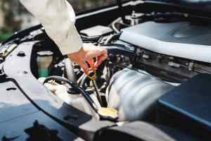 Dreckig geht es zu beim Diesel oder der Kontrolle des Ölstands. (Foto: Rawpixel, Unsplash.com)