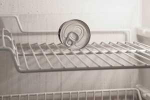 Wenn das Geld vom AMS nicht reicht: Blick in den leeren Kühlschrank. (Foto: Enrico Mantegazza, Unsplash.com)