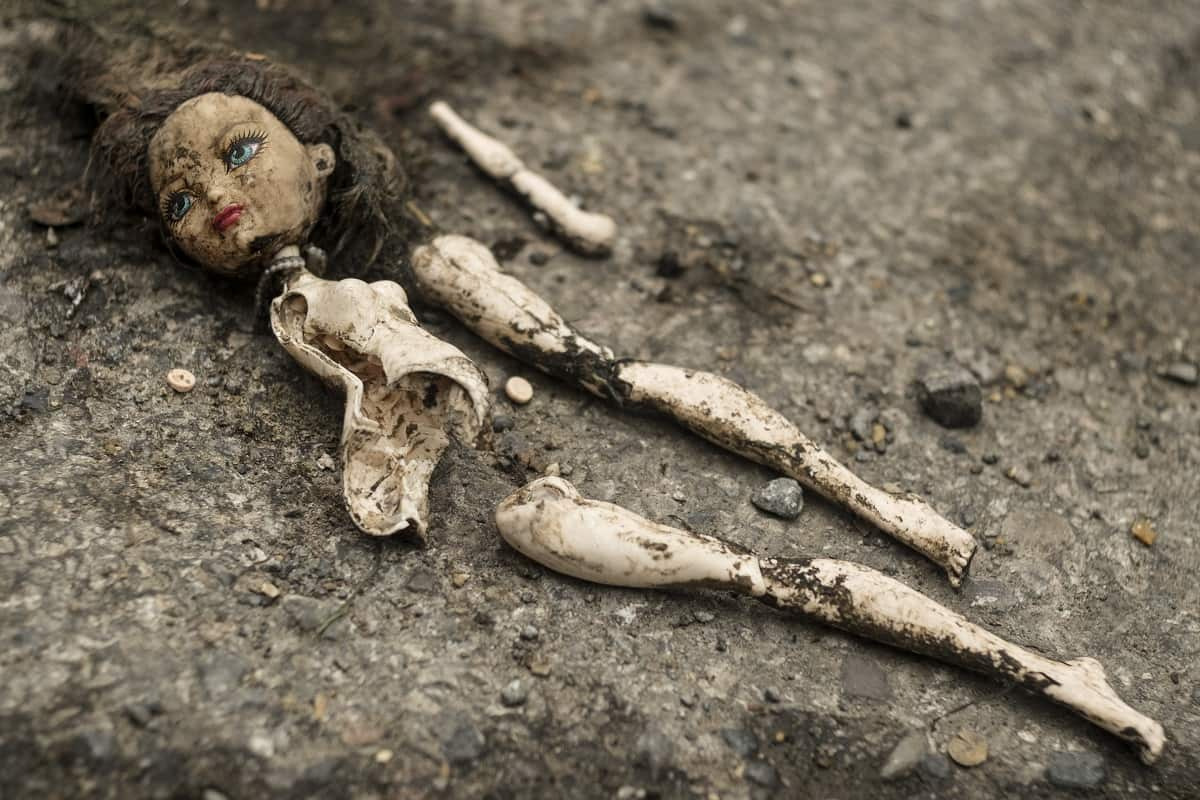 Ein Symbol für die Verleumdungskampagne gegen Greta Thunberg; Broken doll on the road. (Foto: Viktor Forgacs, Unsplash.com)