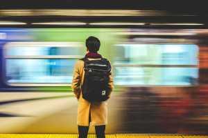 Ein Mann wartet auf die Bahn. Auf was wartet die bürgerliche Mitte? (Foto: Kwan Fung, Unsplash.com)
