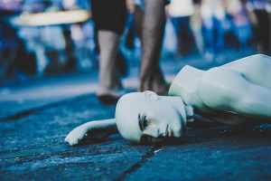 Eine kaputte Schaufensterpuppe als Symbol für den Personenschaden des täglichen Lebens. (Foto: Edu Lauton, Unsplash.com)