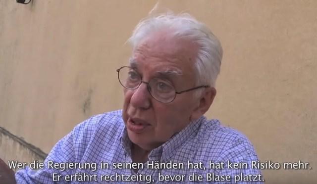 Der Ökonom Jorge Altamira spricht in der Dokumentation Geld über Argentinien und das Kapital. (Screenshot: Gaby Weber)
