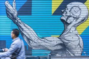Der Mensch als Graffiti in Athen, wie Notre-Dame als Symbol in Paris. (Foto: Daria Nepriakhina, Unsplash.com)
