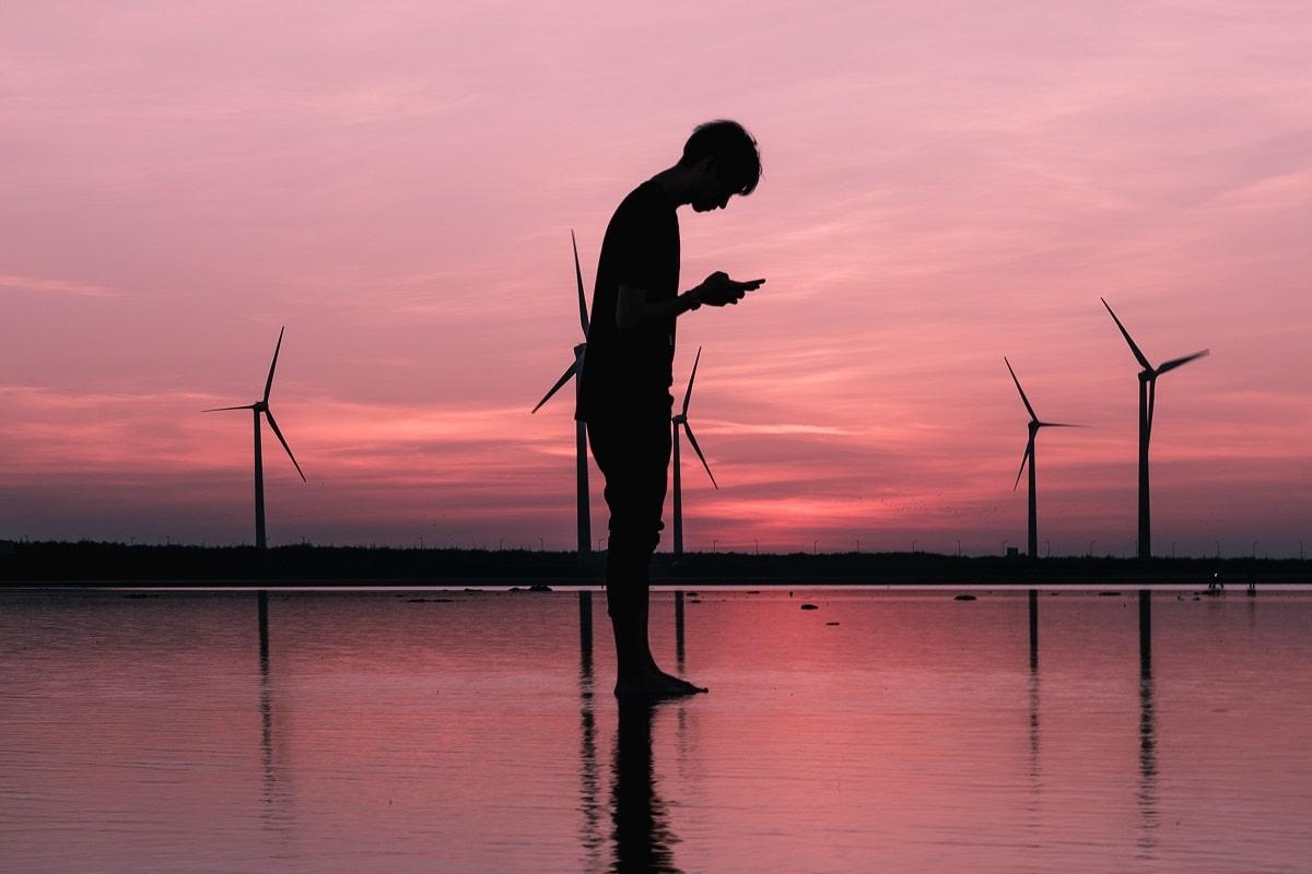 Die Politik steckt auch in Windmühlen und moderner Kommunikation. (Foto: Modern Affliction, Unsplash.com)