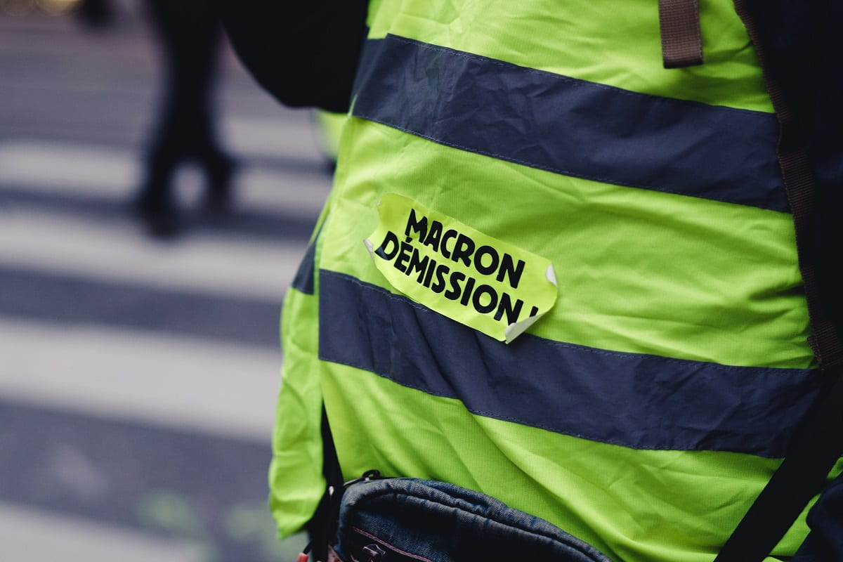 Eine Gelbweste in Frankreich mit dem Aufkleber Macron Demission. Am 8. Mai blieben die Straßen leer. (Foto: ev, Unsplash.com)