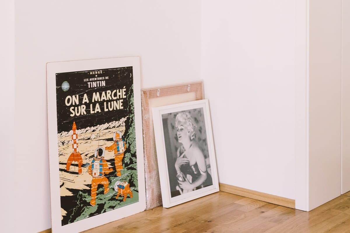 Ein selektiver Mechanismus entscheidet, welches Bild an die Wand kommt. Aufnahme von Bildern und Rahmen. (Symbolfoto: Roman Kraft, Unsplash.com)