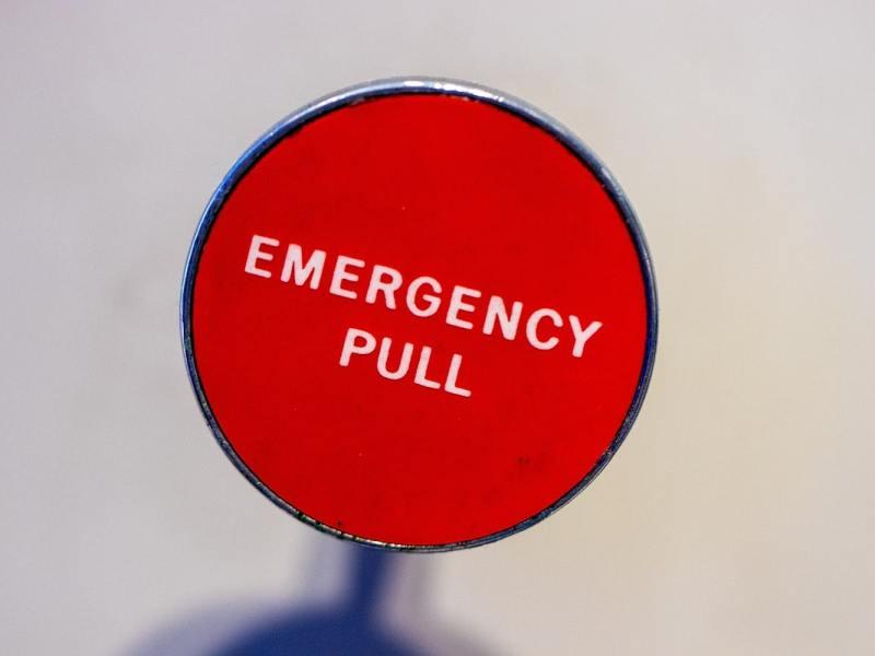 Der Kapitalismus taumelt. Wer zieht die Notbremse? Emergency Pull. (Symbolfoto: Jason Leung, Unsplash.com)