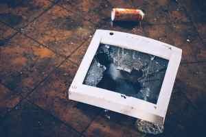 Maschinenreligion statt soziale Kompetenz? Broken Display Glass. (Symbolfoto: Julia Joppien, Unsplash.com)