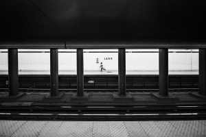 Die liebe Zeit. Running after a subway. (Foto: Matthew Henry, Unsplash.com)