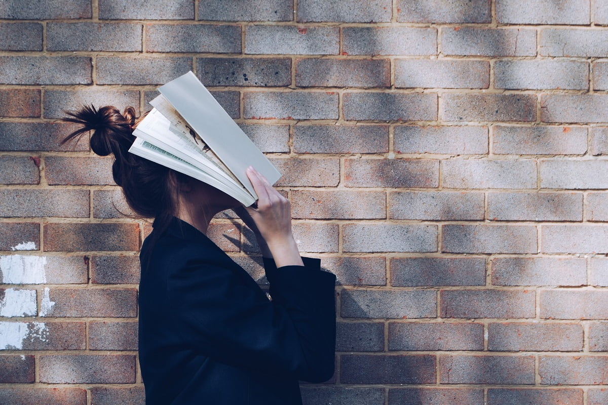 Google oder Buch? School Girl with Book. (Symbolfoto: Siora Photography, Unsplash.com)