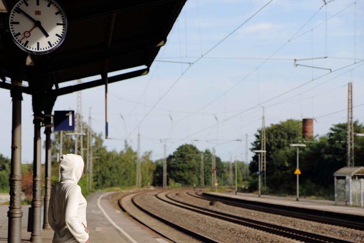 Warten auf die Bahn. (Symbolfoto: Golda Falk , Pixabay.com)