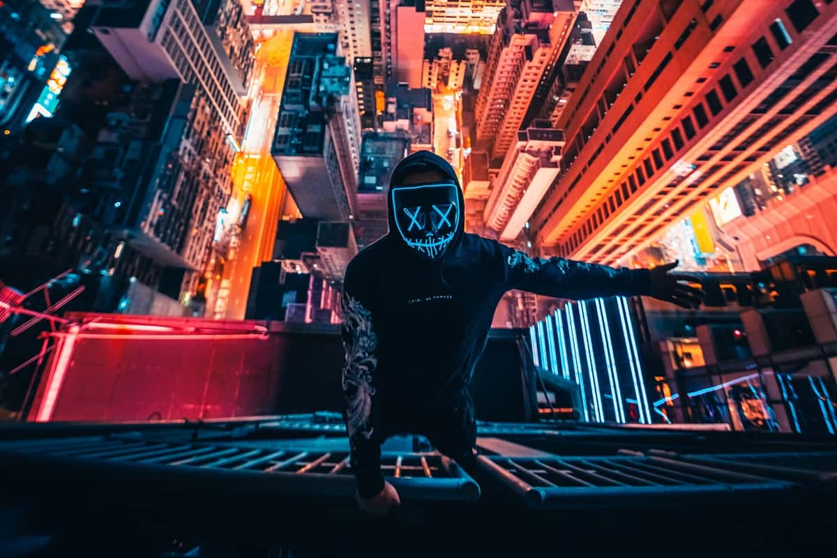 Das Vermummungsverbot in Hongkong wirkt nicht überall. Ein Mann mit Maske an der Fassade eines Hochhauses. (Symbolfoto: Simon Zhu, Unsplash.com)
