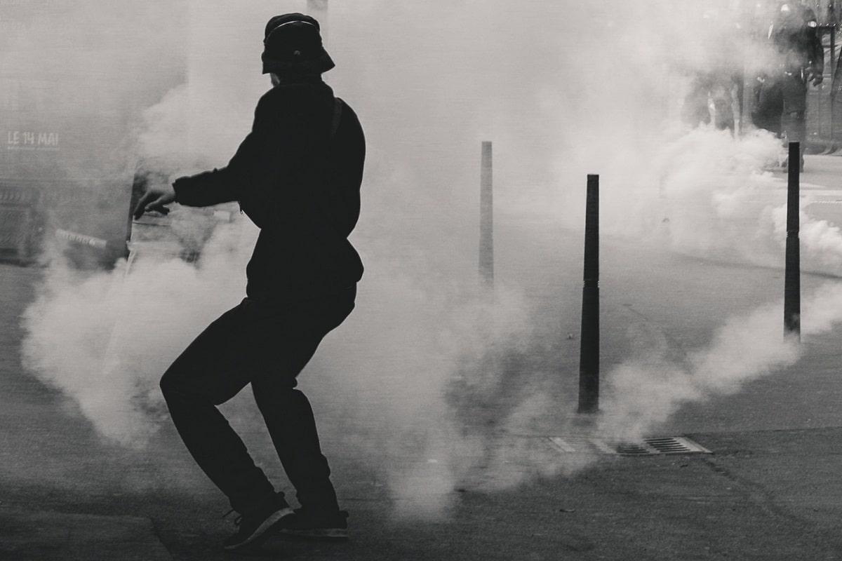 Der Aufstand als Bild. Tränengas in den Straßen von Lyon. (Symbolfoto: EV, Unsplash.com)