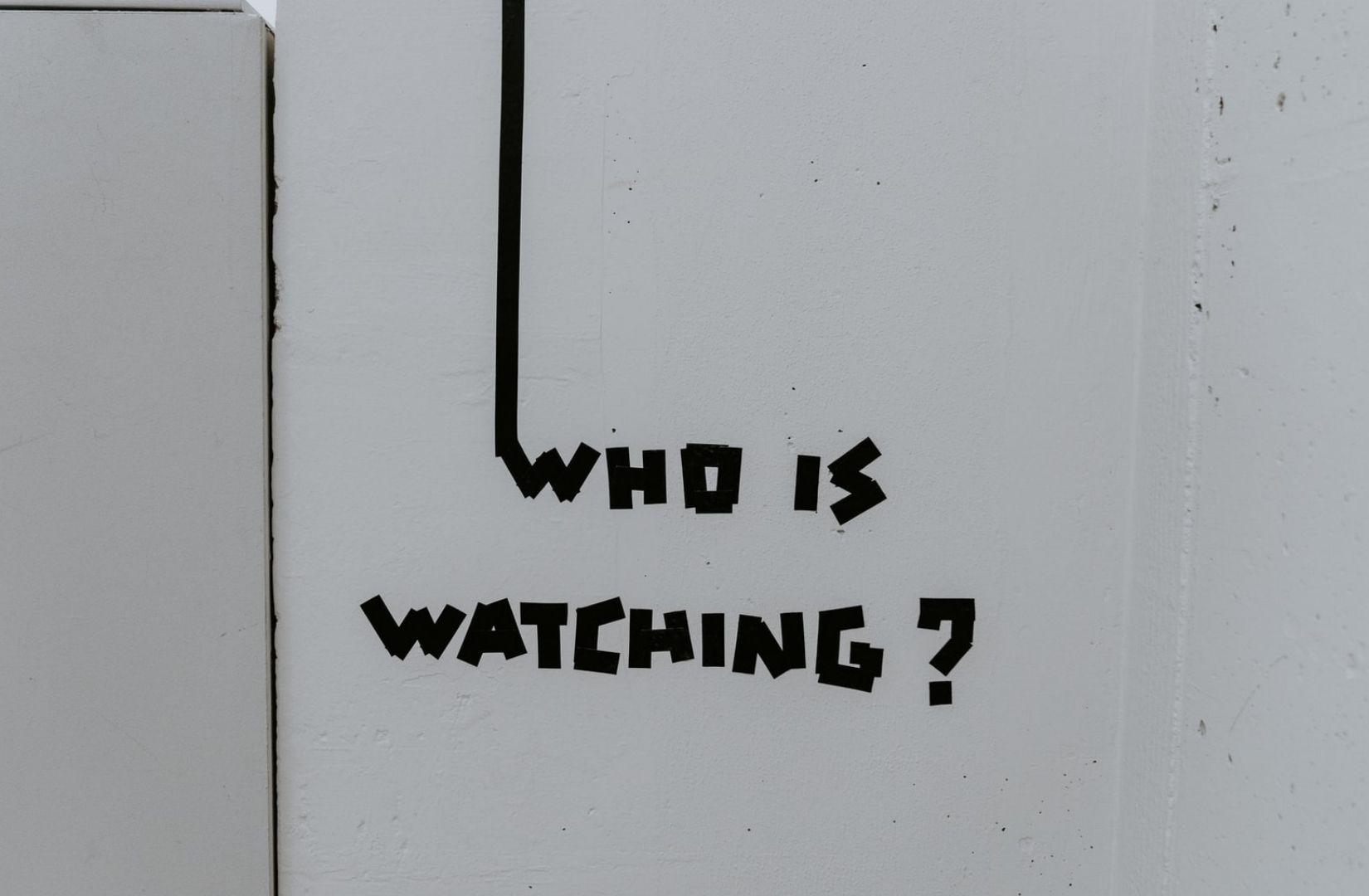 Who is watching als neue Göttlichkeit. (Symbolfoto: Claudio Schwarz, Unsplash.com)