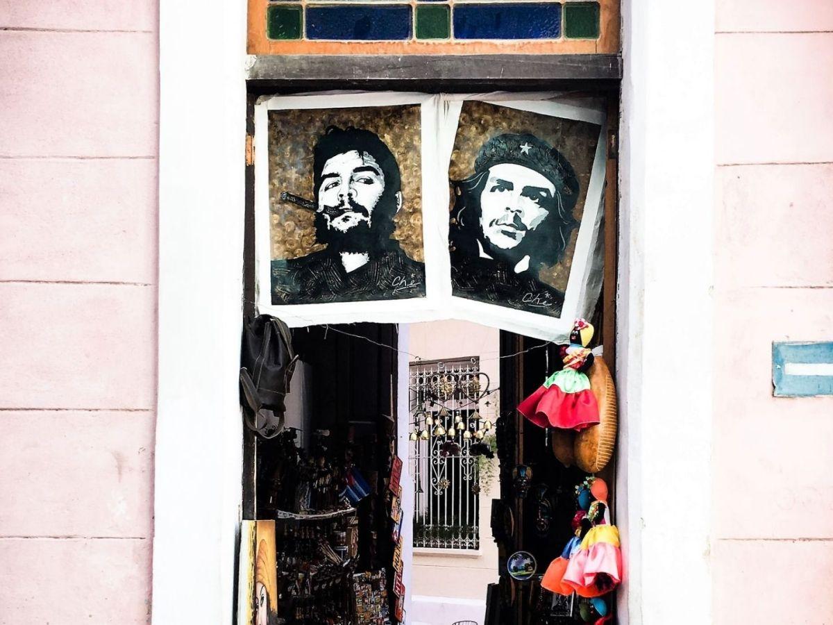 Ein Souvenir-Shop in Havana mit Bildern von Che Guevara und Fidel Castro. (Foto: Mr. Söbau, Unsplash.com)