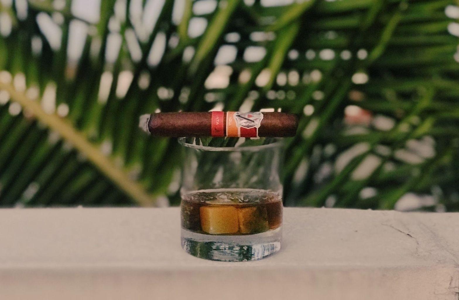 Menschenrechte sind nicht im Kapitalismus möglich. Rum und Zigarre als Symbole der Revolution. (Symbolfoto: Matthias Jordan, Unsplash.com)