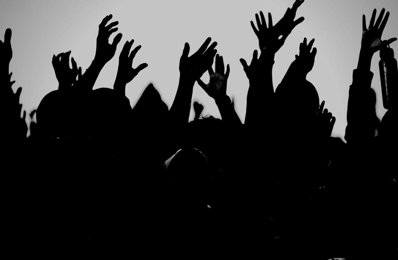 Hands Up gegen Tyrannen und Tyrannei. (Foto: Kelvin Moquete, Unsplash.com)