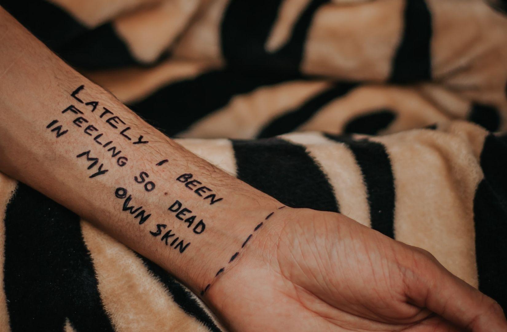 Hospitalismus in Worten. In letzter Zeit fühle ich mich so tot in meiner eigenen Haut. (Foto: Dollar Gill, Unsplash.com)