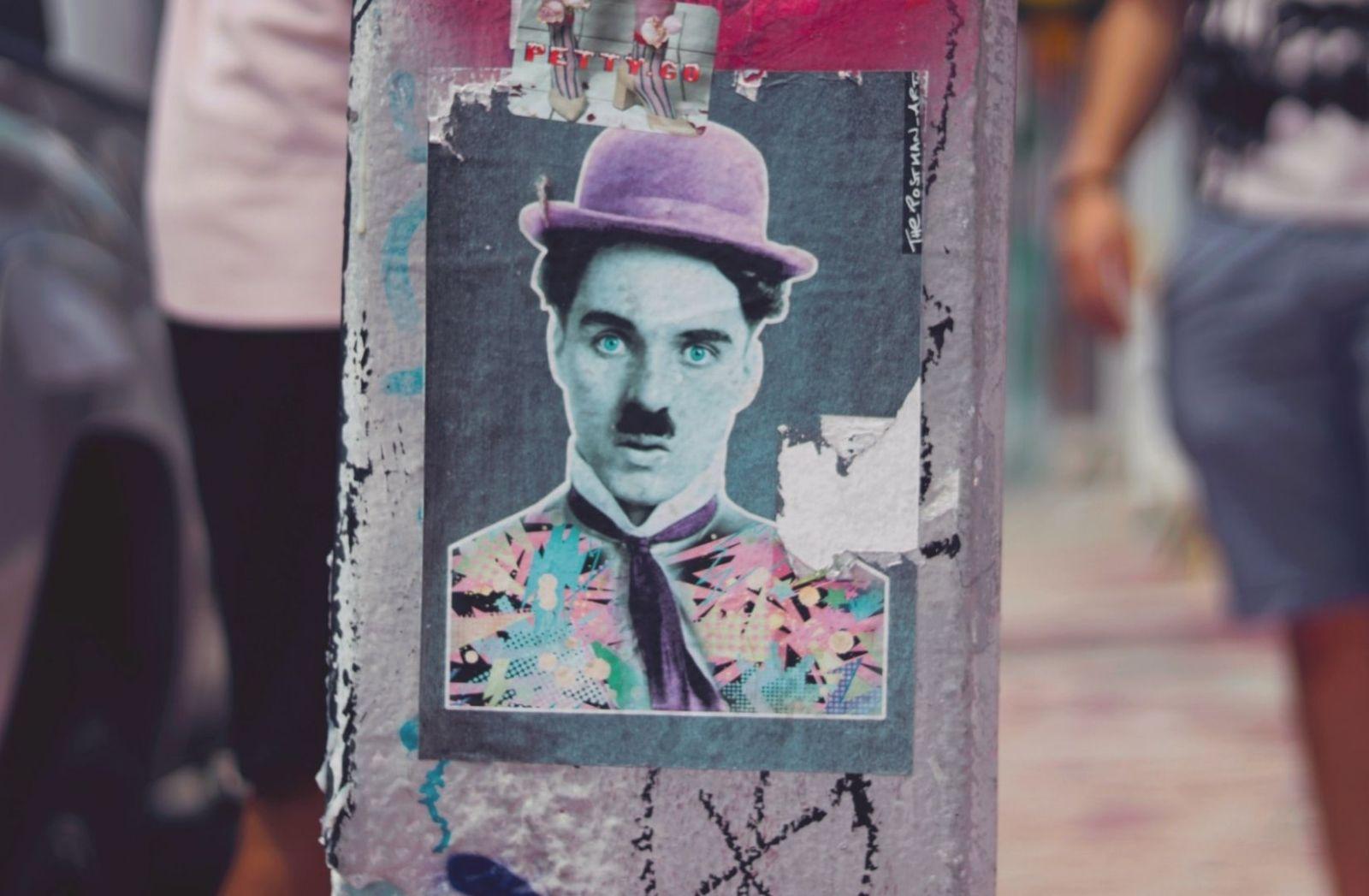 Was sind die Coronaursachen? Charlie Chaplin als Aufkleber ist der Anfang der Kritik. (Foto: Mimi Di Cianni, Unsplash.com)