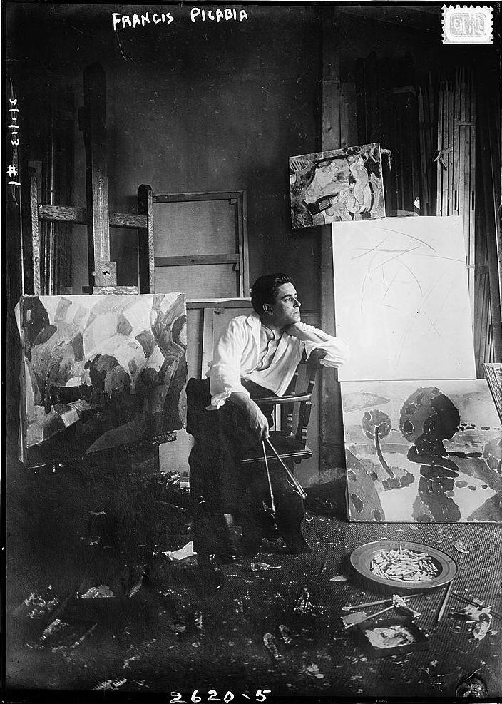 """Francis Picabia: """"Der Kopf ist rund, damit das Denken die Richtung wechseln kann."""" (Fotografie, aufgenommen zwischen 1910 und 1915, gemeinfrei.)"""