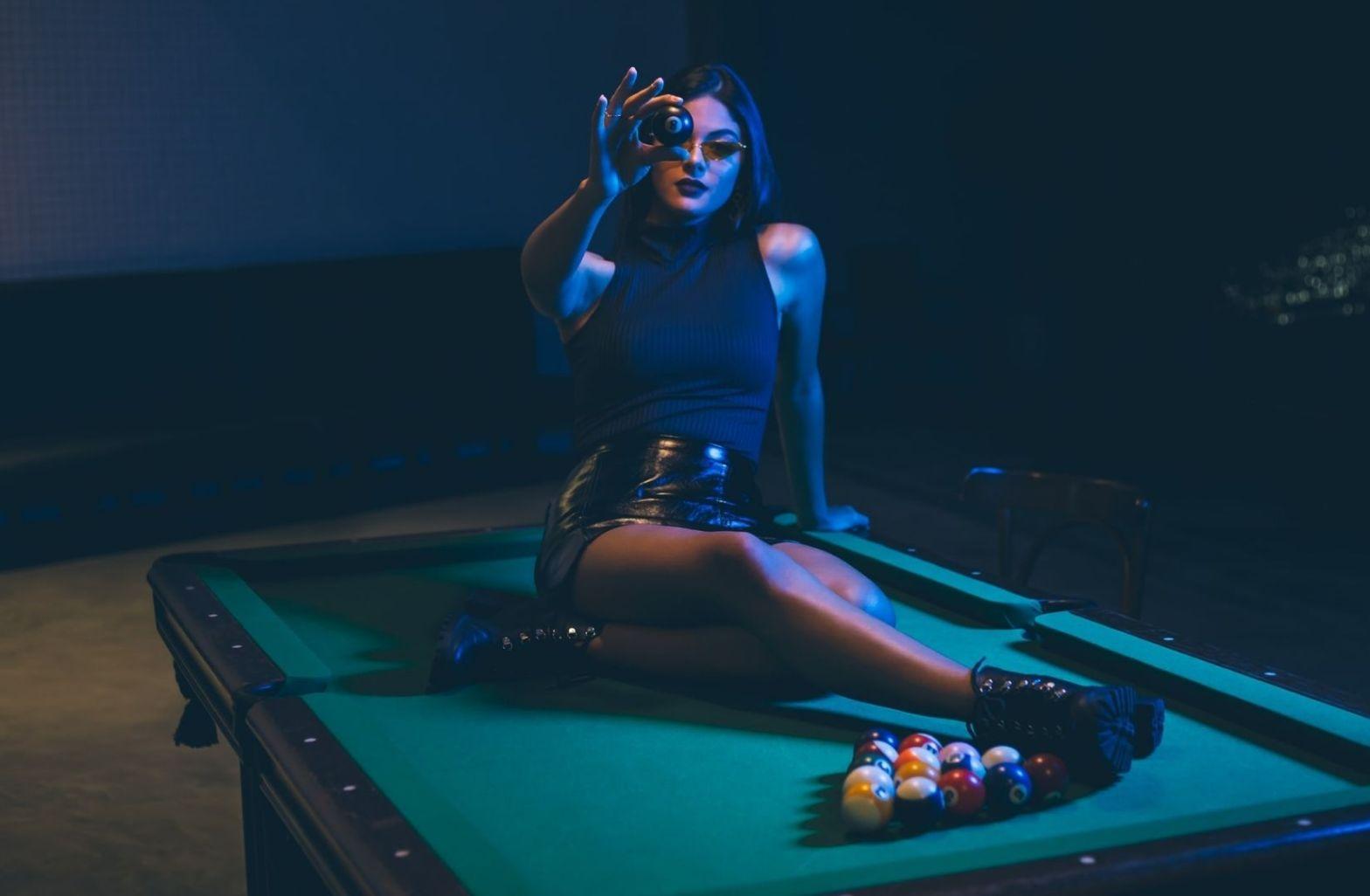Eine Frau mit der schwarzen Kugel auf einem Billiardtisch. (Foto: Cleyton Ewerton, Unsplash.com)