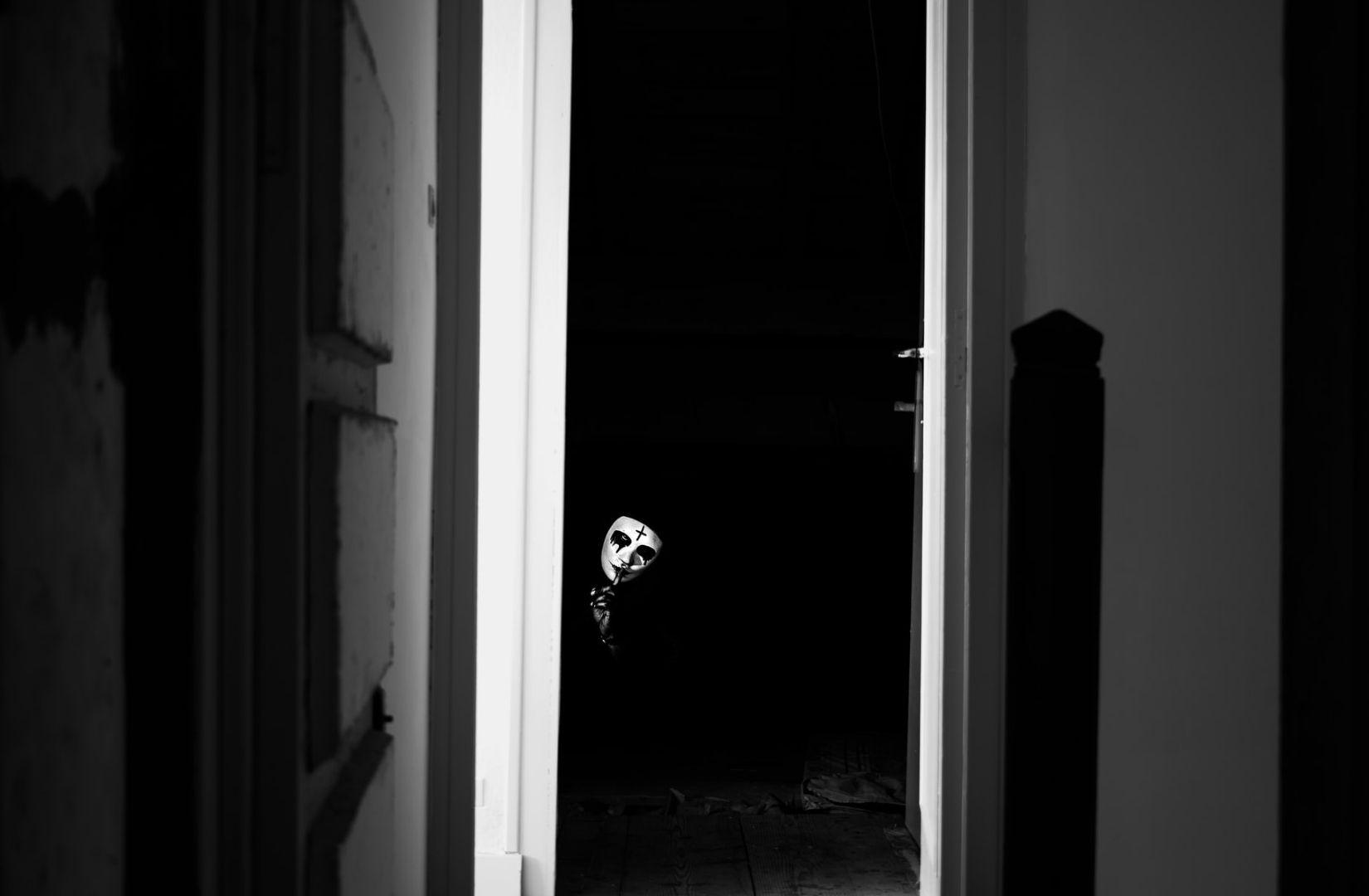 Eine offene Tür als Zustimmung zu einem unerwünschten Besuch. (Foto: Enzo B, Unsplash.com)