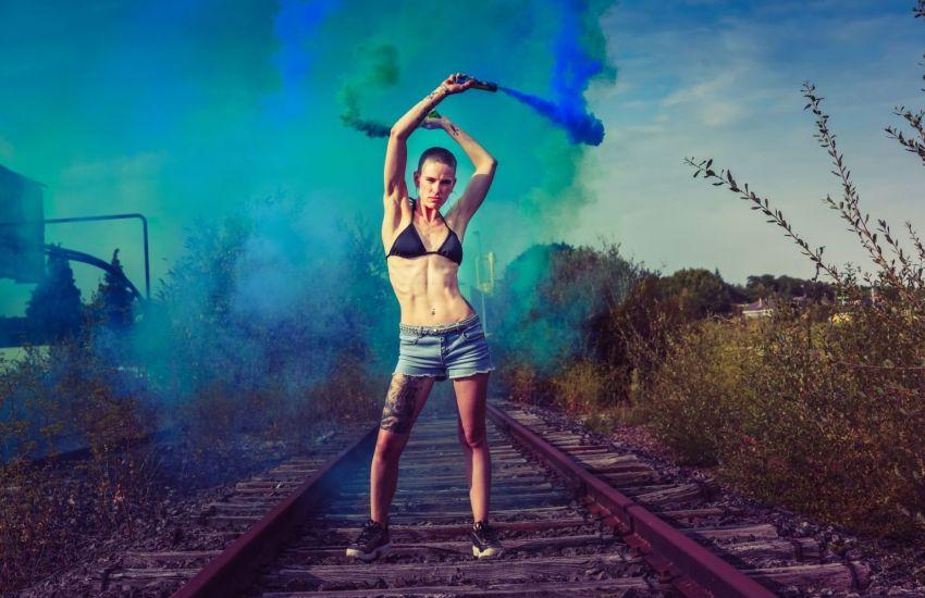 Ein französisches Model mit Farbfackeln. (Foto: Fabe Collage, Unsplash.com)