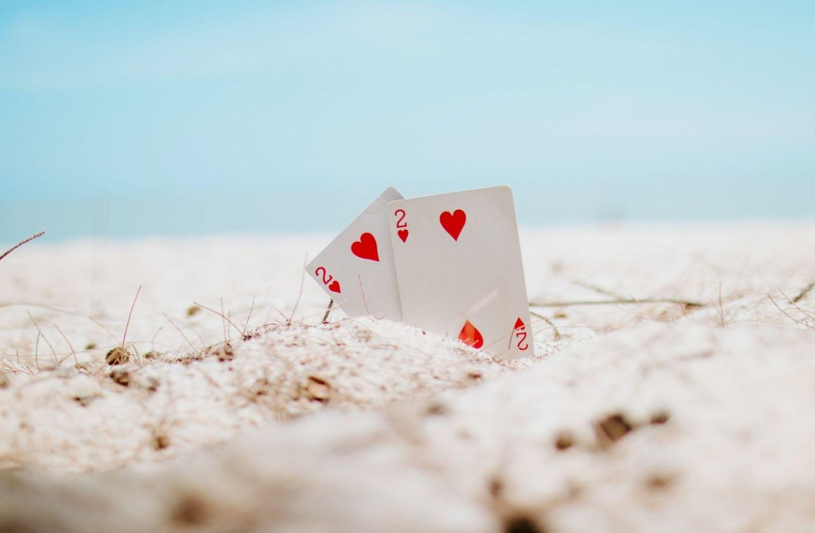 Viele Menschen lieben es Karten zu spielen. (Foto: Muaz Aj, Unsplash.com)