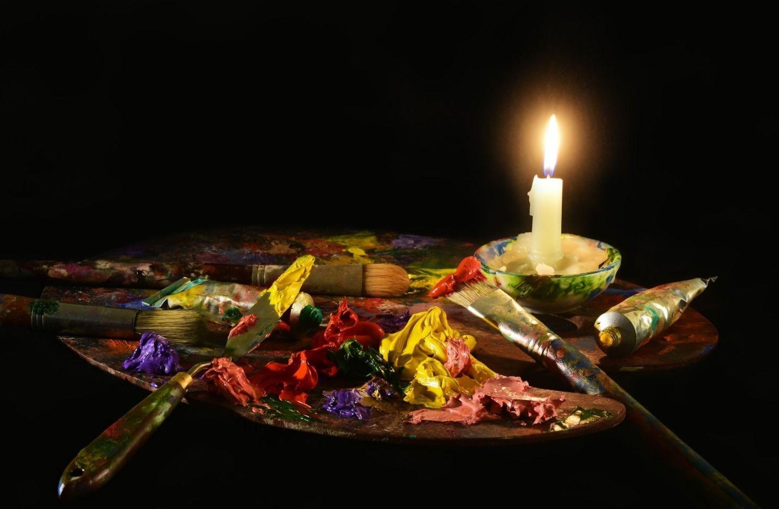 Kampf mit Pinsel und Farbe als Symbol für Universalität. (Foto: David Clode, Unsplash.com)