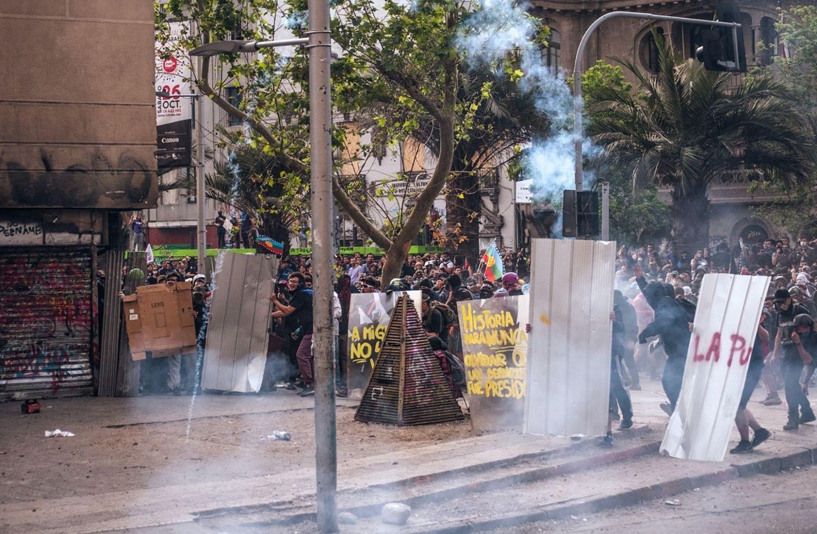 Demonstrationen in Chile, Santiago. Widerstand in der ersten Reihe für Würde. (Foto: Juan Manuel Núñez Méndez, Unsplash.com)