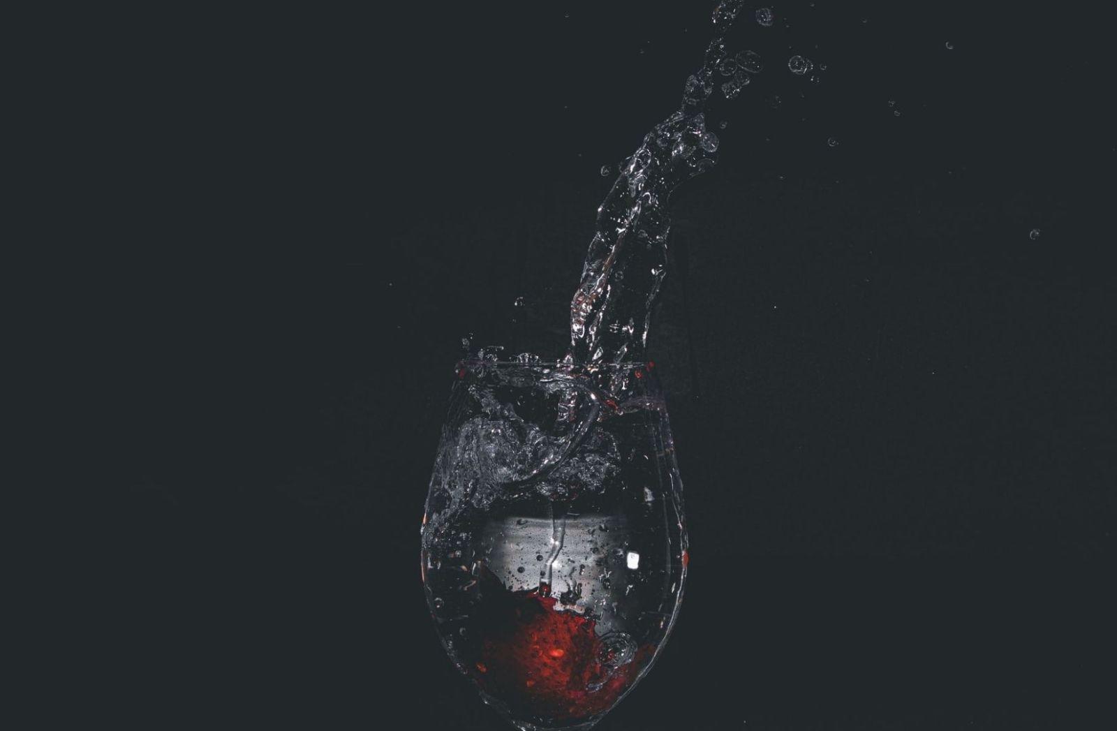 Ein Glas mit Wasser vor schwarzem Hintergrund. (Foto: Nihon Graphy, Unsplash.com)