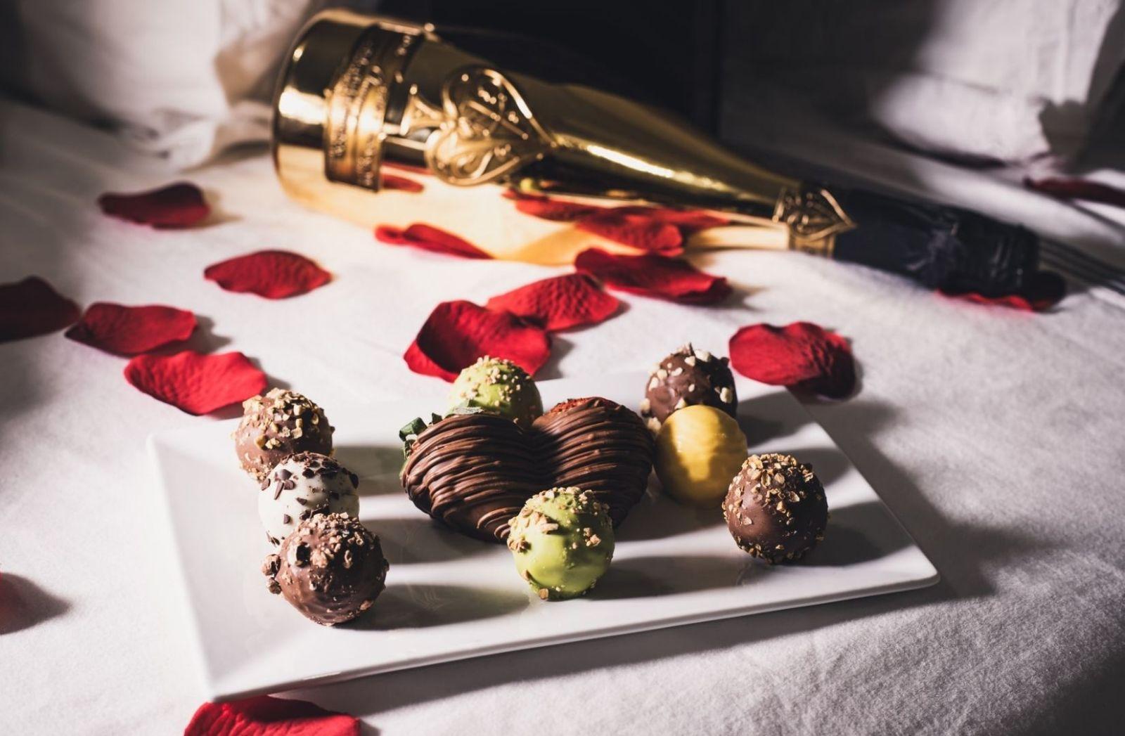 Champus und Schokolade. (Foto: Thula Na, Unsplash.com)