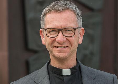 Der Leiter des Katholischen Büros Nordrhein-Westfalen, Antonius Hamers, sieht Pfarrgemeinden für coronakonforme Weihnachtsgottesdienste gut aufgestellt. Weihnachten