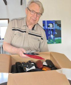 Gerhard Witzel sortiert die gesammelten Brillen. Foto: Asgard Dierichs