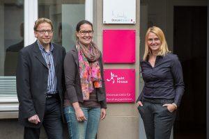 Die drei Mitarbeiter, Stefanie Gruner,  Anne-Katrin Hegemann und Andreas Strüder bei ihrer Einführung im Juni 2015. Foto: Achim Pohl/Bistum Essen