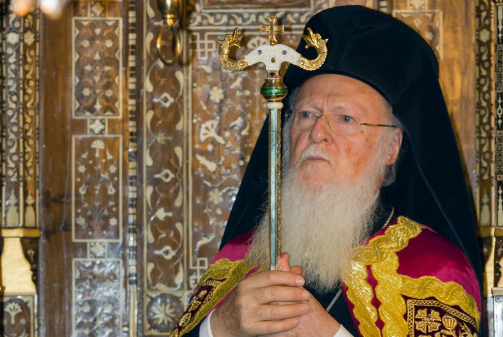 """Istanbul –Mit deutlichen Worten hat Patriarch Bartholomaios zum Einsatz gegen den Klimawandel und zur Covid-Impfung aufgerufen. In seinem Hirtenbrief zum beginnenden orthodoxen Kirchenjahr und zum orthodoxen """"Tag der Bewahrung der Schöpfung"""" am 1. September betont das Ehrenoberhaupt der Weltorthodoxie, er bete für eine schnelle Überwindung der Folgen der Pandemie. Ebenso bete er für die """"gottgeschenkte Erleuchtung der Regierungen"""" weltweit, damit diese nicht zu jener Wirtschaftsweise beziehungsweise grenzenlosen Ausbeutung der natürlichen Ressourcen zurückkehren wie vor der Pandemie. Er warnt zudem vor weiterer Untätigkeit im Einsatz gegen den Klimawandel."""