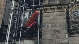 Aus 45 Metern Höhe musste am Sonntagnachmittag eine Frau vom Kölner Dom abgeseilt werden. (Foto: Feuerwehr Köln)