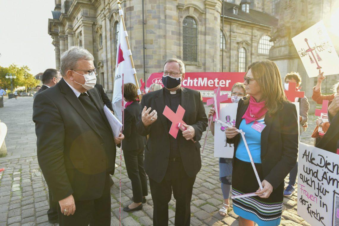 """Die kfd-Bundesvorsitzende Mechthild Heil übergibt dem Vorsitzenden der Deutschen Bischofskonferenz Bischof Dr. Georg Bätzing (Mitte) und Bischof Franz-Josef Bode (links) das """"MachtMeter"""". (Foto: kfd)"""