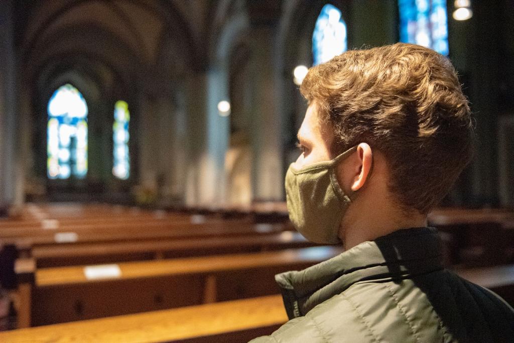 Die katholischen Bistümer in Nordrhein-Westfalen begrenzen die Höchstzahl an Gottesdienstteilnehmern in der Corona-Krise. Maximal 250 Teilnehmer bei Weihnachtsmessen in NRW-Kirchen