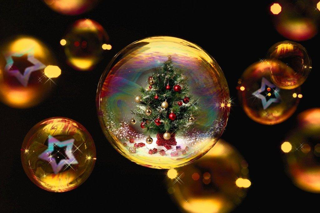 Wiesbaden –Dänemark ist der bei weitem wichtigste Exporteur von Weihnachtsbäumen nach Deutschland. Wie das Statistische Bundesamt am Dienstag in Wiesbaden mitteilte, lieferte das nördliche Nachbarland knapp 88 Prozent der rund 2,3 Millionen Weihnachtsbäume, die 2019 nach Deutschland importiert wurden.In der Bundesrepublik befassten sich 2019 etwa 3.390 Betriebe auf einer Fläche von 15.900 Hektar mit der Aufzucht von Christbäumen. Zum Vergleich: Die Fläche, auf der weitere Bäume und Holzpflanzen in Baumschulen gezogen werden, lag mit 18.200 Hektar etwa in derselben Größenordnung.