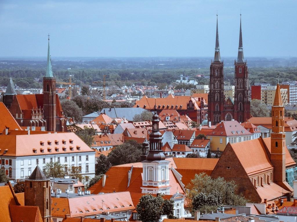 Warschau –In Polen ist die Zahl der sonntäglichen Gottesdienstbesucher in der katholischen Kirche 2019 auf 36,9 Prozent gesunken. Das ist ein Minus von 1,3 Prozentpunkten gegenüber dem Vorjahr, wie das nationale kirchliche Statistikinstitut (Donnerstag) in seinem Jahresbericht mitteilte. Nur 2016 waren demnach am jährlichen Zählsonntag weniger Messbesucher gezählt worden, nämlich 36,7 Prozent der Katholiken.
