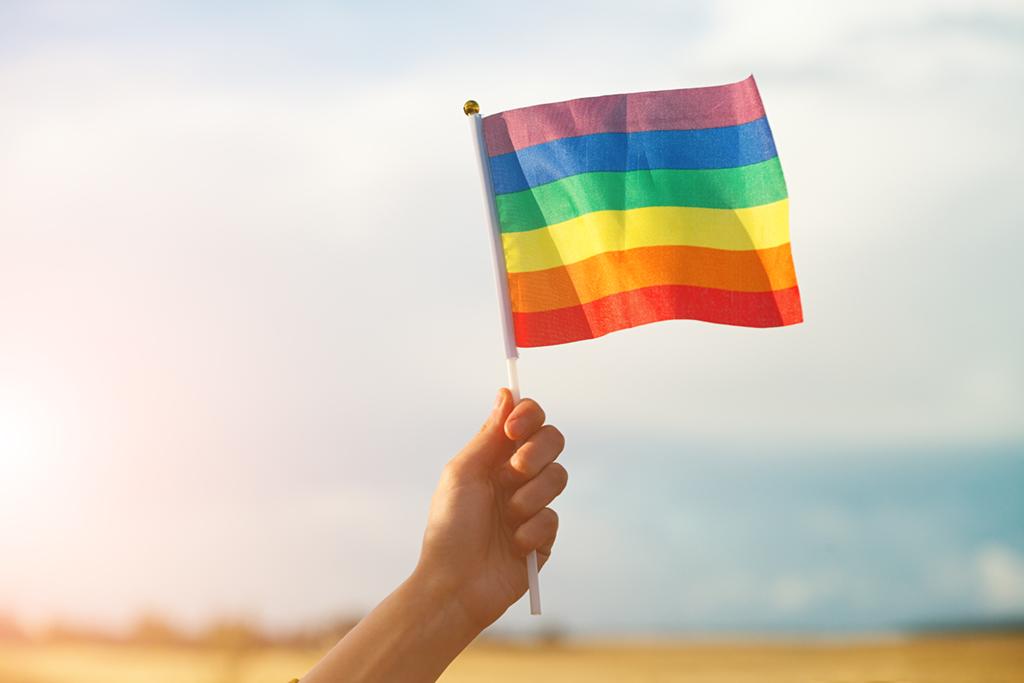 """Washington –Mehrere US-Bischöfe, darunter Kardinal Joseph Tobin, haben eine Unterstützungs-Erklärung für homo- und bisexuelle Jugendliche junge Transgender-Personen unterzeichnet. """"Gott hat euch geschaffen, Gott liebt euch und Gott ist auf eurer Seite"""", heißt es in der Erklärung, die von der Tyler Clementi Foundation veröffentlicht wurde, die sich gegen LGBT-Mobbing in der Gesellschaft einsetzt. Zu den Unterzeichnern gehören neben Tobin auch der Erzbischof von Santa Fe, John Wester, sowie fünf weitere Bischöfe."""