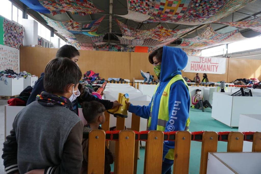 """Die Zustände im Lager Moria 2 auf Lesbos sind weiterhin katastrophal. In Kooperation mit der Initiative """"Ein Herz für Moria"""" bemühen sich der Caritasverband für die Stadt Essen, die Caritas Flüchtlingshilfe und die cse weiterhin um Hilfe für die geflüchteten Menschen. Aktuell hat eine Hilfslieferung mit 1.500 Gummistiefelpaaren die Menschen im Lager erreicht. """"Wenn es regnet, stehen Zelte unter Wasser oder versinken im Schlamm. Die Matratzen, auf denen die Menschen schlafen und die Habseligkeiten werden durchnässt. Die Gummistiefel sind daher nur ein Tropfen auf den heißen Stein, damit sich die Menschen auf Lesbos zumindest trockenen Fußes fortbewegen können. Es muss sich vor allem auf politischer Ebene etwas bewegen. Europa muss endlich Stellung beziehen und ein Zeichen für Humanität, Menschenwürde und Verantwortung setzen"""", so Caritasdirektor Björn Enno Hermans."""